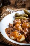 Тушёное мясо, который служат с силезскими лапшами и соусом Стоковое Изображение RF