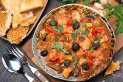 Тушёное мясо рыб в томатном соусе на плите, взгляд сверху Стоковые Фотографии RF