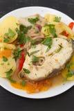 Тушёное мясо рыб на белой плите Стоковое Изображение RF