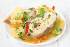 Тушёное мясо рыб на белой плите Стоковые Изображения