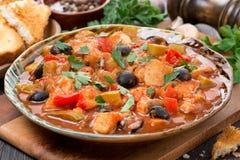 Тушёное мясо рыб с оливками в томатном соусе на плите Стоковая Фотография RF