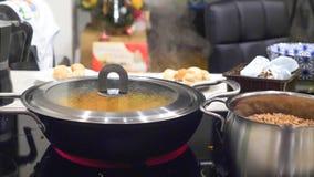 Тушёное мясо свежего овоща жаря в сотейнике лотка на современной электрической плите Стоковая Фотография RF