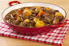 Тушёное мясо с морковами и картошками Стоковые Фото
