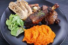 Тушёное мясо цыпленка с пюрем и салатом тыквы Стоковое Изображение