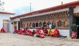 Тхимпху, Бутан - 15-ое сентября 2016: Бутанские монахи сидя в задворк Simtokha Dzong, Тхимпху, Бутана Стоковое фото RF