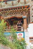 Тхимпху, Бутан - 15-ое сентября 2016: Взгляд низкого угла счастливого монаха перед молитвой катит внутри Simtokha Dzong, Тхимпху Стоковые Изображения