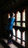 Тхимпху, Бутан - 16-ое сентября 2016: Женщина принимая thro изображений Стоковое Изображение