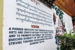Тхимпху, Бутан - 11-ое сентября 2016: Сочинительства на стене в национальном институте для Zorig Chusum, Тхимпху, Бутана Стоковое фото RF