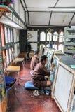 Тхимпху, Бутан - 11-ое сентября 2016: Студенты картины на национальном институте для Zorig Chusum, Тхимпху Стоковые Изображения RF