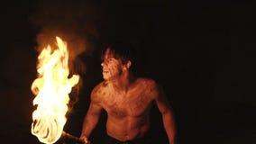 Тщательная затворница с горящим факелом в руке идет и смотрит вокруг в каменной пещере видеоматериал