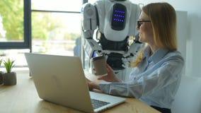 Тщательный робот принося чашку кофе девушки видеоматериал