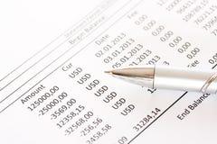 Проверите ежемесячное заявление счета в банк стоковое изображение rf