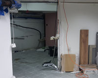 Тщательный осмотр, ремонт и отделка офиса Стоковые Изображения RF