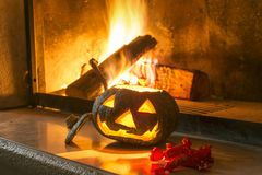 Тыква и конфета хеллоуина около огня стоковое изображение rf