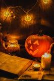 Тыква и свечи стороны хеллоуина страшная стоковая фотография rf