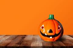 Тыква на деревянном столе с оранжевой предпосылкой деревянная старая полка полки Стоковые Изображения