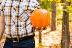 Тыква нося человека outdoors стоковые фото