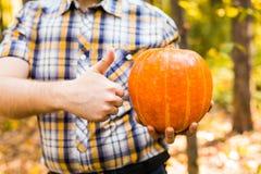 Тыква нося человека outdoors стоковые изображения rf