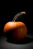 Тыква: Пугающая тыква на черной предпосылке Стоковое Фото