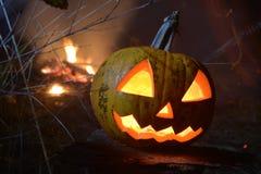 Тыква пылать хеллоуин возглавляет jack с огнем на предпосылке стоковые изображения rf