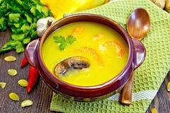 тыква Суп-пюра с креветками и грибами на зеленой салфетке Стоковая Фотография