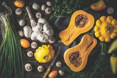 Тыква с различными овощами на старом деревянном столе горизонтальном Стоковое Фото