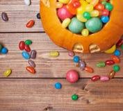 Тыква фонарика Джека o заполненная с конфетами Стоковая Фотография RF