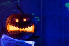 Тыква хеллоуина в мистическом ультрафиолетовом свете Стоковые Изображения RF