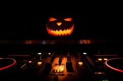Тыква хеллоуина на таблице dj с наушниками на темной предпосылке с космосом экземпляра Счастливые украшения и музыка фестиваля хе Стоковое Фото
