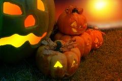 Тыква хеллоуина в мистическом лесе на ноче Предпосылка ужаса Стоковые Фотографии RF