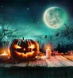 Тыква хеллоуина в пугающем лесе на ноче