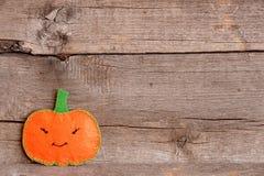 Тыква хеллоуина милая оранжевая на старой деревянной предпосылке с пустым местом для текста Стоковые Изображения
