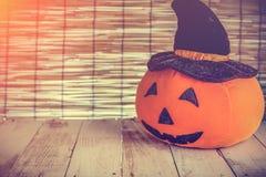 Тыква хеллоуина милая оранжевая на старой деревянной предпосылке Стоковое Изображение RF