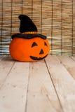 Тыква хеллоуина милая оранжевая на старой деревянной предпосылке Стоковое Изображение