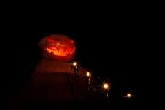 Тыква хеллоуина на алтаре при свечи водя к ей, темнота, Стоковая Фотография