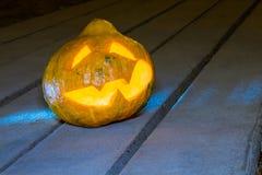 Тыква хеллоуина на деревянном тротуаре Стоковое Изображение