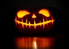 Тыква хеллоуина с светящей стороной стоковое изображение rf