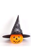 Тыква хеллоуина с шляпой хеллоуина с напечатанным белым пауком w Стоковое Изображение