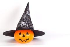 Тыква хеллоуина с шляпой хеллоуина с напечатанным белым пауком w Стоковые Фото