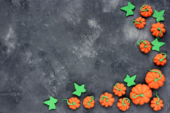 тыква halloween предпосылки Мини рамка конфеты тыквы на камне Стоковые Фото
