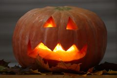 Тыква Helloween handmade с листьями и светом свечи Тыква ужаса стоковое фото