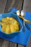 Тыква Hummus с семенами тимона в голубом шаре Стоковые Фотографии RF