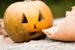 Тыквы на хеллоуин около хлеба Стоковое фото RF