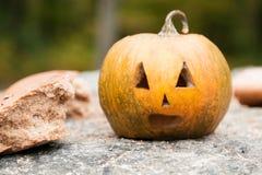 Тыквы на хеллоуин около хлеба Стоковые Фото