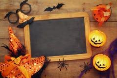 Тыквы, пауки, летучие мыши и классн классный на деревянной старой таблице Стоковое Фото