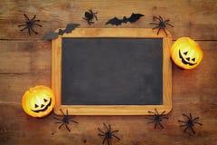 Тыквы, пауки, летучие мыши и классн классный на деревянной старой таблице Стоковые Фотографии RF