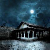Тыквы хеллоуина в дворе старого дома на ноче Стоковое Фото