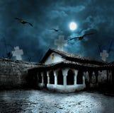 Тыквы хеллоуина в дворе старого дома на ноче Стоковое Изображение RF