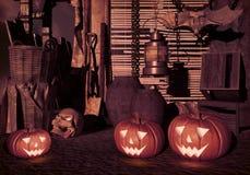 Тыквы хеллоуина в дворе старого дома на ноче Hallowe Стоковая Фотография
