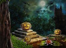 Тыквы хеллоуина в дворе старой ночи дома в ярком moonligh Стоковые Фотографии RF